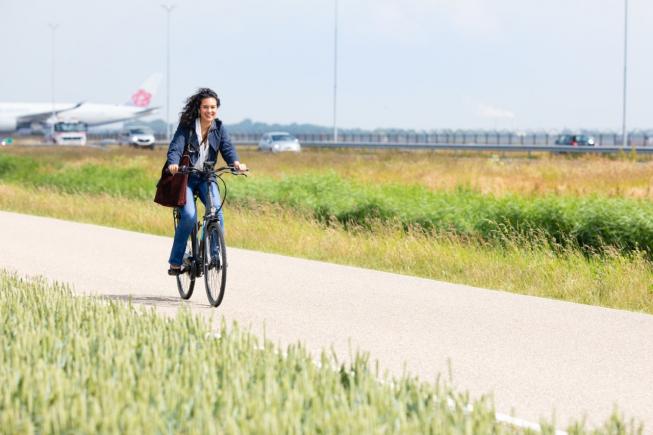 E-bikers fietsen in Groot-Schiphol voor twee